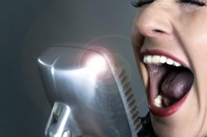 Schrei einer Sängerin vor Mikrofon